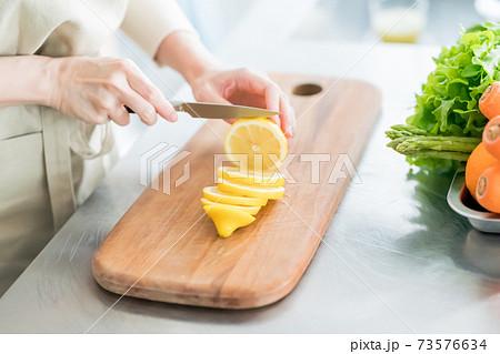 果物ナイフとレモン 73576634
