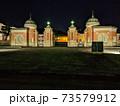夜のライトアップされた京都国立博物館入口 73579912