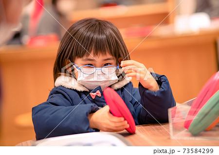 メガネをかけた子供 メガネデビュー 73584299