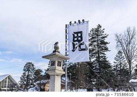 冬の上杉神社 毘の軍旗 山形県米沢市 73586610