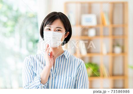 マスクする若い女性 73586986