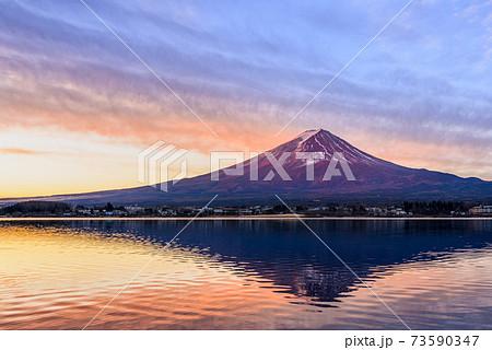 夜明け、紅く染まる紅富士(河口湖・逆さ富士) 73590347