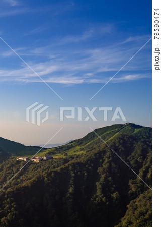 夜明けの谷川岳・天神平と天神峠(西黒尾根から) 73590474