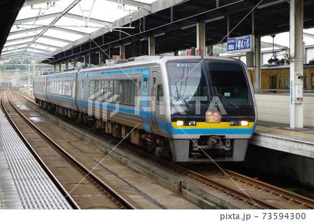瀬戸大橋線・児島駅に停車する下り特急南風 73594300