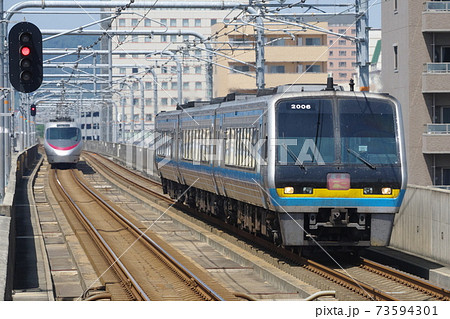瀬戸大橋線・大元駅付近で上り特急しおかぜとすれ違う下り特急南風 73594301