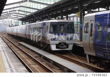 宇多津駅で切り離される特急いしづちと特急しおかぜ 73596362