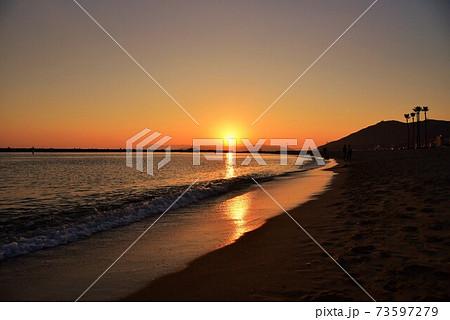 明石海峡大橋と砂浜での夕日の情景 冬編 73597279