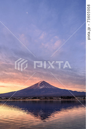 夜明けのグラデーションと逆さ富士 73605008