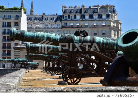 フランス・パリ、アンヴァリッド廃兵院に置かれている大砲 73605257