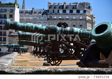 フランス・パリ、アンヴァリッド廃兵院に置かれている大砲 73605258