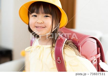通学準備をする小学生 73607531