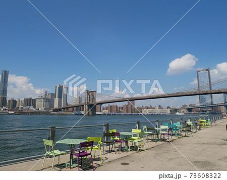 ニューヨーク・ブルックリンのダンボ地区から見たマンハッタンの街並みとブルックリンブリッジ 73608322