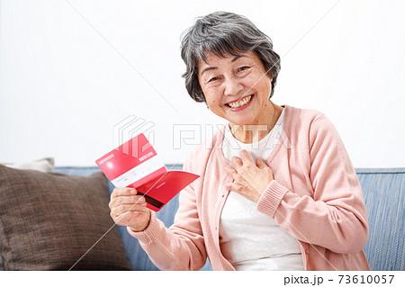 預金通帳を確認するシニア女性 73610057
