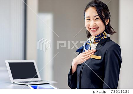 ホテルで受付をする若い女性 撮影協力:LINK FOREST 73611185
