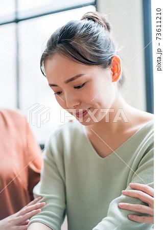 慰められる若い女性 73611210