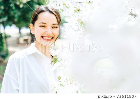 白い桜と若い女性 73611907