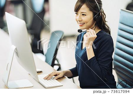 コールセンターで働く女性 73617094