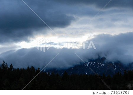 雨上がりの夕暮のジャスパーの山並み(カナダ) 73618705