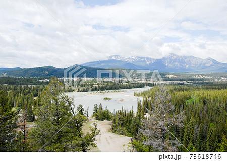 春のカナディアン・ロッキー ジャスパーの街の遠望(カナダ) 73618746