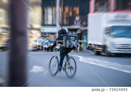 日本の東京都市景観 街角で見かけたフードデリバリーなど。後ろ姿…=東京・恵比寿 73624005