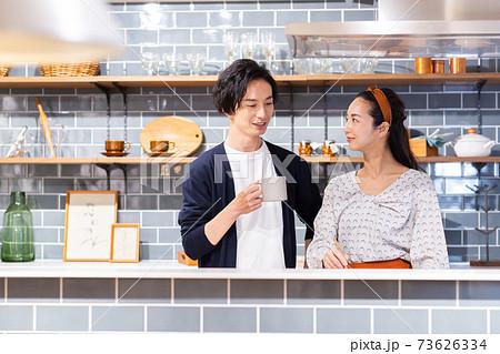 キッチンに立つ笑顔の夫婦 73626334
