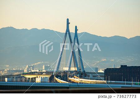 立派な斜張橋の天保山大橋と遠くに見える六甲山 73627773