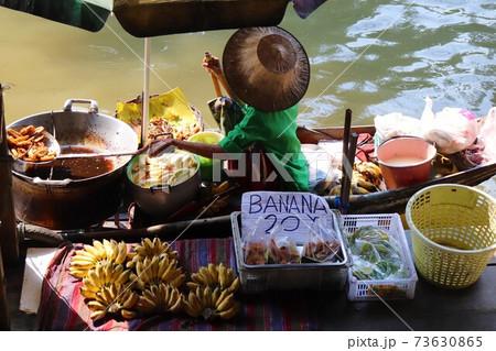 アユタヤ水上マーケットでフルーツを売る女性 73630865