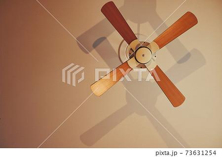 家の天井に設置されたシーリングファンを撮影 73631254