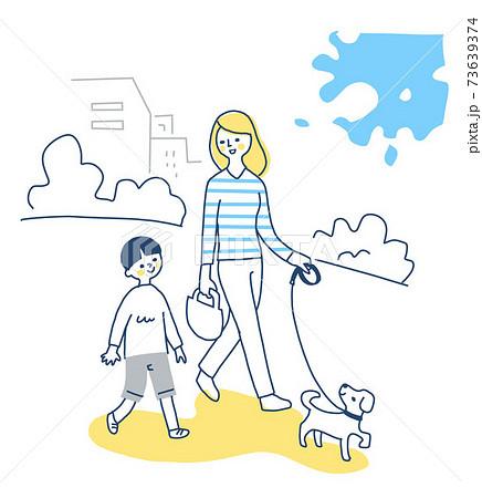 犬と散歩する親子 73639374