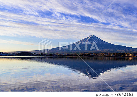 早朝の河口湖に映る逆さ富士と冬の空 73642163