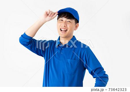 白背景の笑顔の宅配便の男性 73642323