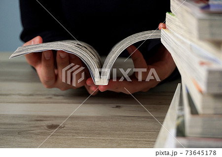 マンガ本を読む人。趣味、ステイホーム、子供、休憩、ライフスタイルなど 73645178