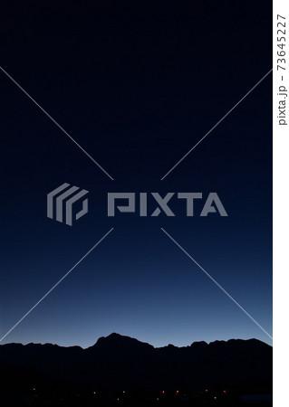 北杜市白州町、日が暮れて南アルプス甲斐駒ケ岳の山々が深い青に包まれる(縦位置) 73645227