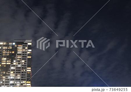 夜のタワーマンションと肋骨状形地震雲 73649255