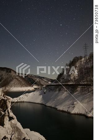 御母衣湖 尾神橋周辺2021年1月20日の星空と景色雪山の山々 73650738