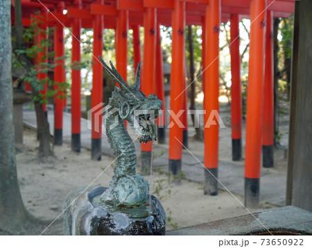 枚方にある意賀美神社の龍の口から水が流れる手水舎と鳥居 73650922