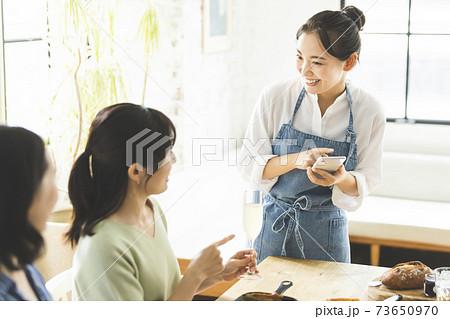 カフェ の若い店員 フロアスタッフ 73650970