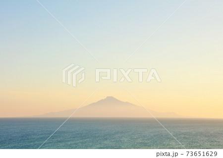 北海道 夕暮れの日本海と利尻富士 73651629