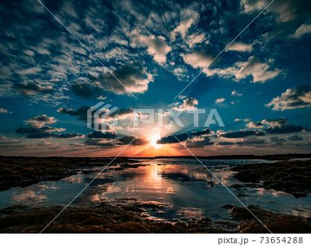 石垣島の浅瀬に上る朝日とリフレクション 73654288