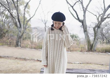 公園を散策する女性 73657242