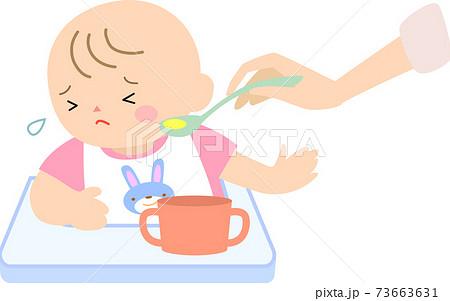 離乳食を嫌がる女の赤ちゃん 73663631