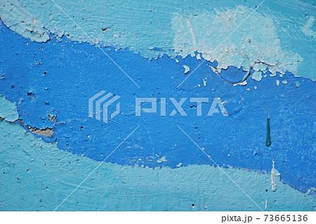 青色と水色のペンキが塗られた古いコンクリートの壁 73665136
