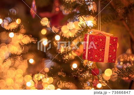 クリスマスツリーのオーナメント プレゼント 73666847