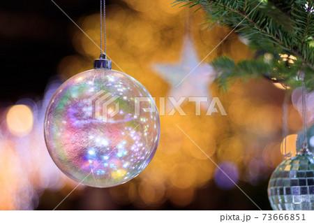 クリスマスツリーのオーナメント ガラス玉と星 73666851