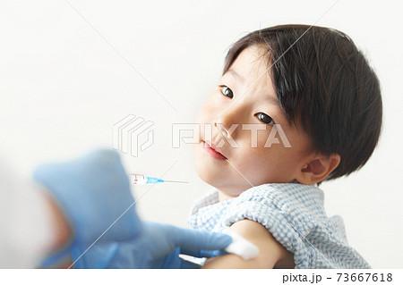 予防接種を受ける男の子 73667618