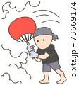 サウナ施設スタッフによるアウフグースで蒸気を浴びる、うちわ 73669174