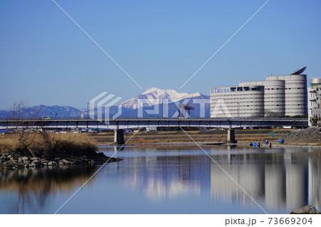 冬晴れの長良川河畔から見る伊吹山と長良川国際会議場と都ホテル岐阜長良川 73669204