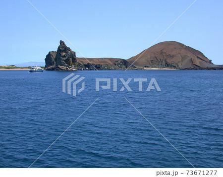 海に囲まれた火山の島バルトロメ島 73671277