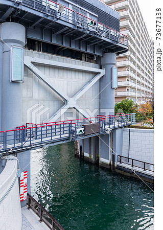 川から運河への水流を制御する水門 73677138