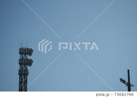 大空と通信アンテナのイメージ素材 73682766